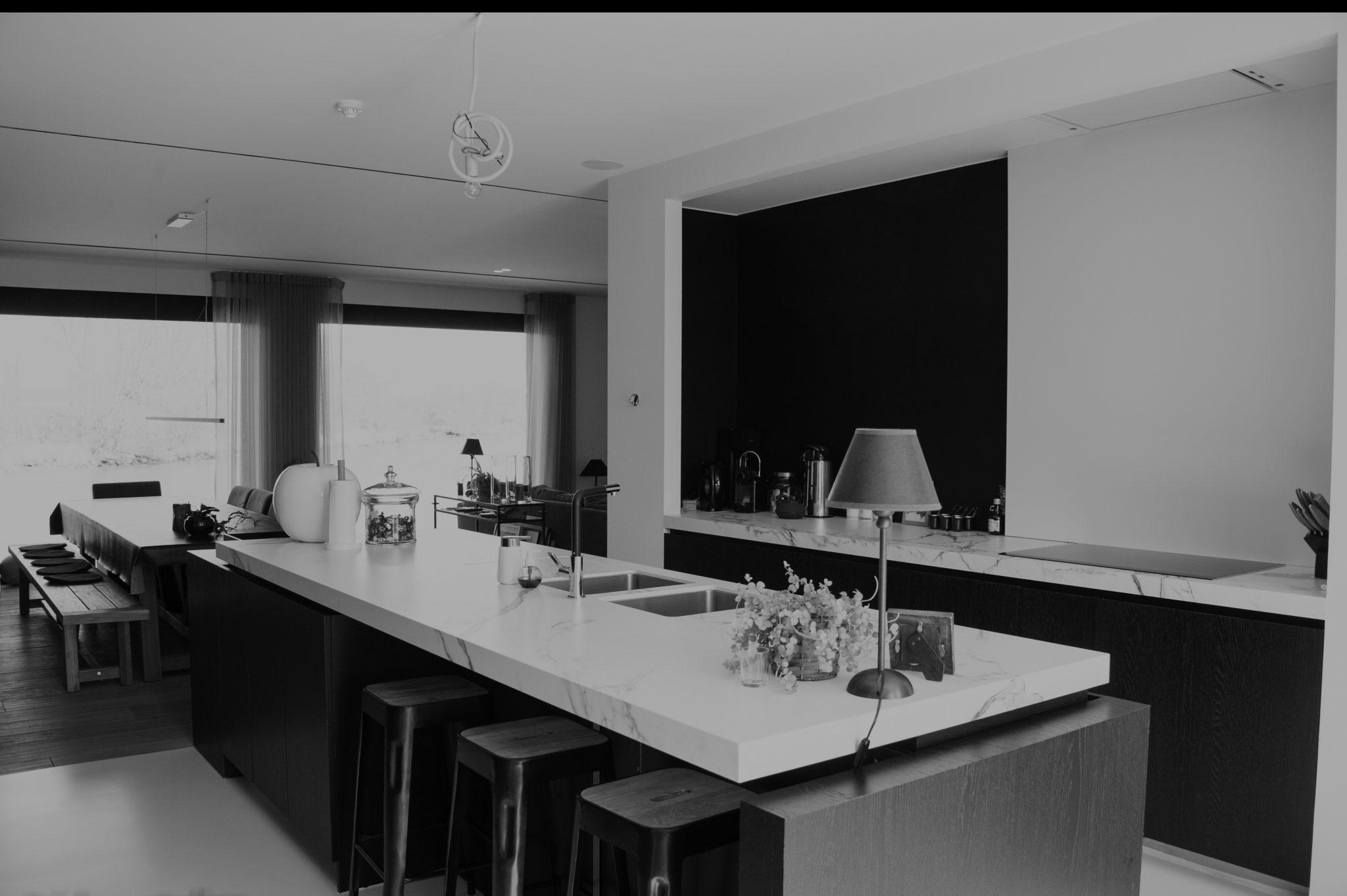 zwart wit foto van een moderne keuken