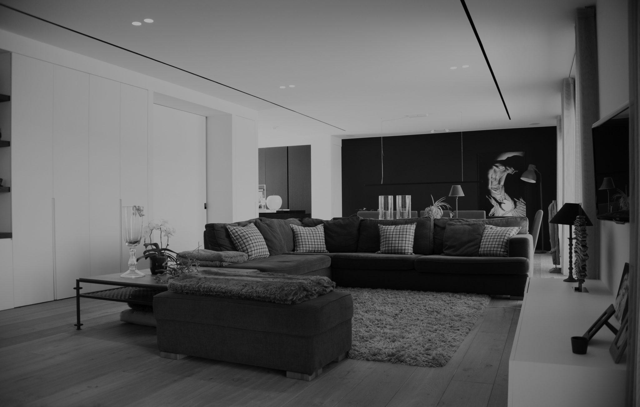 zwart wit foto van een leefruimte met sofa